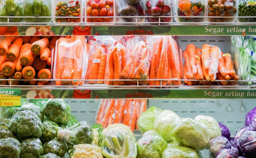 Gemüse in Plastik verpackt