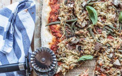 So einfach gelingt veganer Pizzakäse: Knusprige Pizza für den Spätsommer