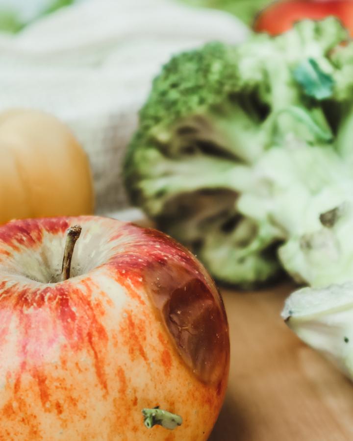 Ursachen für Lebensmittelverschwendung: Ein Apfel mit einer braunen Stelle ist ein gutes Beispiel, warum Essen weggeworfen wird.