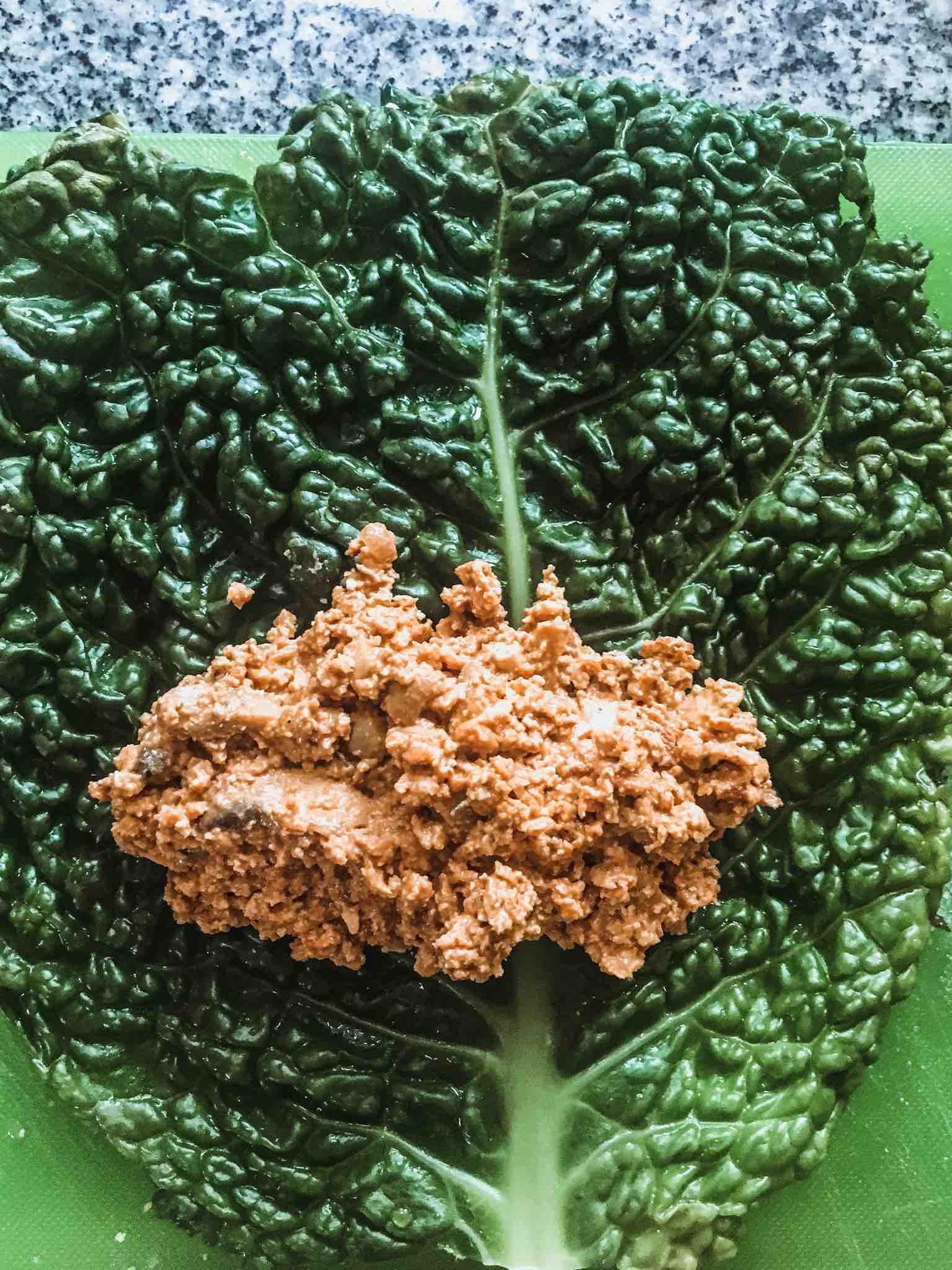 Ein Wirsingkohlblatt wird mit Räuchertofu gefüllt