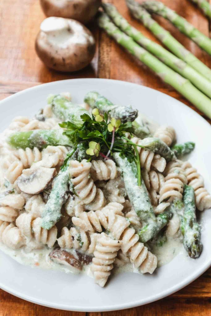 Nudeln mit Spargel und Champignons – cremige Soße mit Nudelwasser #spargel #spargelpasta