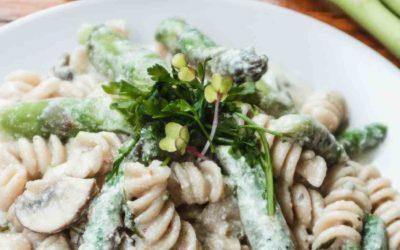 Grüner Spargel Pasta mit cremiger Zero Waste Soße