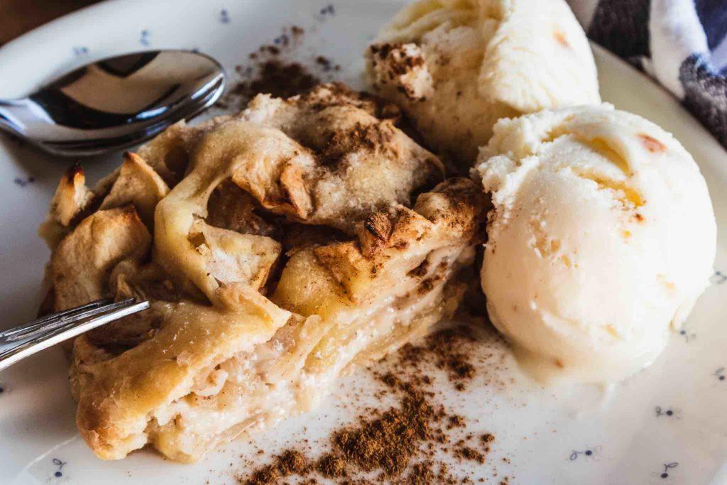 Bayerischer Apfelstrudel mit Vanilleeis