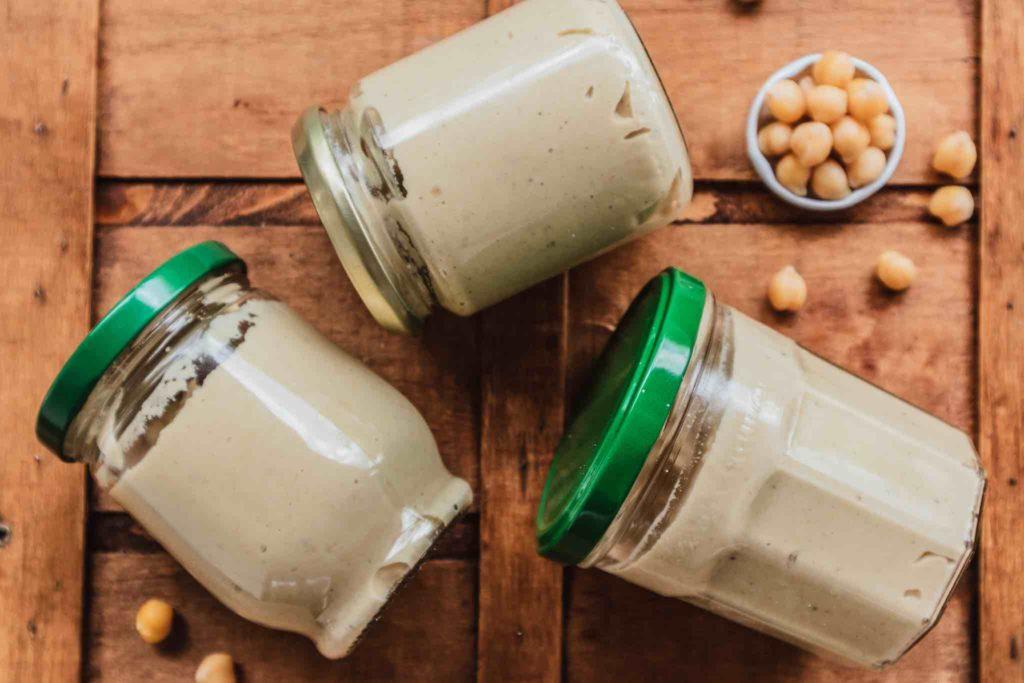 Hummus lässt sich einfach gesund selber machen. Auch das Einfrieren ist portionsweise kein Problem.