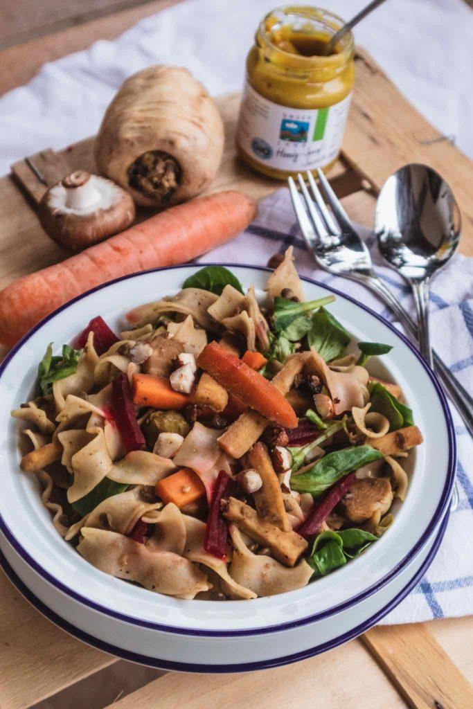 Köstliches Wintermenü: Lauwarmer Nudelsalat mit Pastinake, Karotte und Haselnüssen