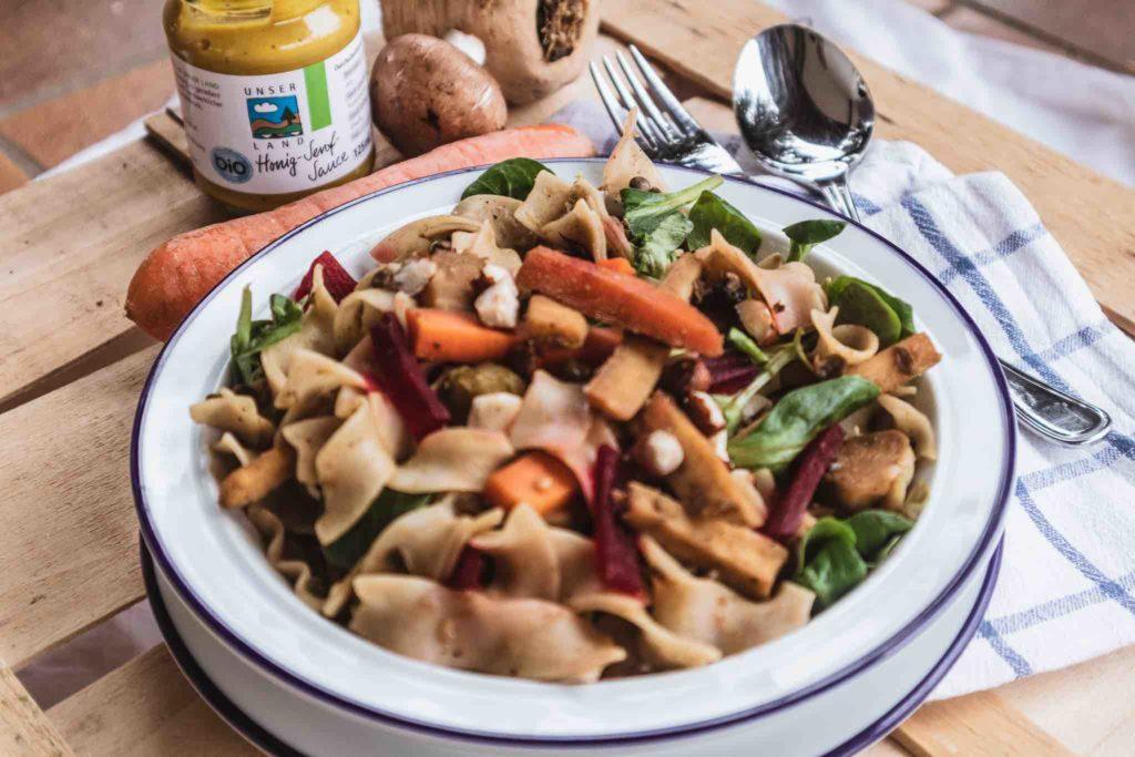 Mit diesem Nudelsalat geht saisonal essen im Winter ganz einfach!