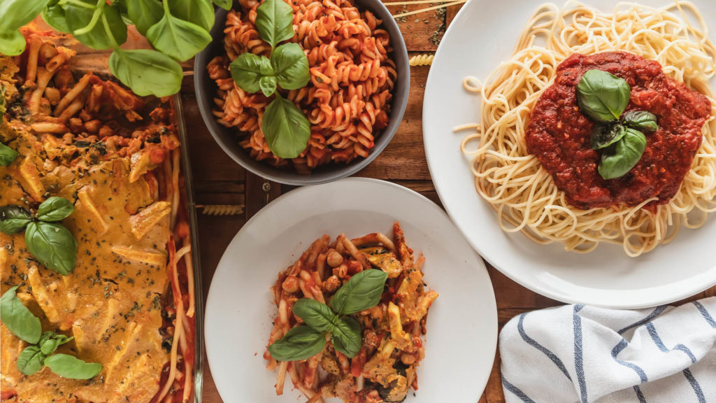 Nudeln mit Tomatensauce gibt es in vielen Variationen. Entdecke den Pastaklassiker ganz neu!