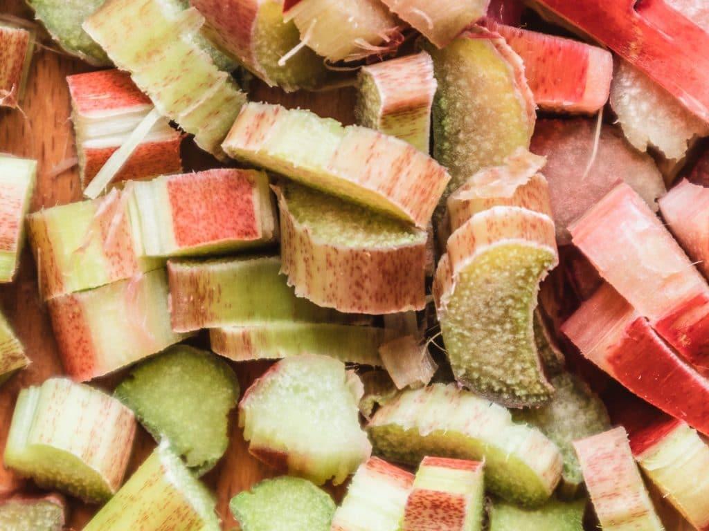 Rhabarber ist ein tolles Obst bzw. Gemüse, das im Frühling Saison hat