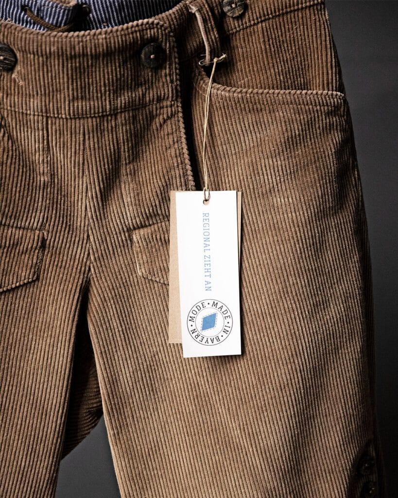 Mode aus Bayern: Diese braune Hose wurde handgenäht in Bayern
